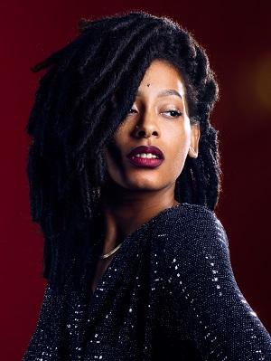 Femme aux cheveux texturés locksés