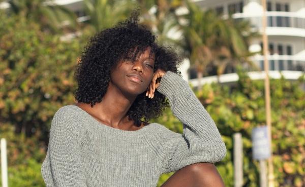 Donna che sfoggia un'acconciatura Curl