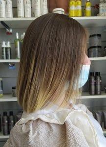 Coupe brushing sur cliente du salon, cheveux mi-longs